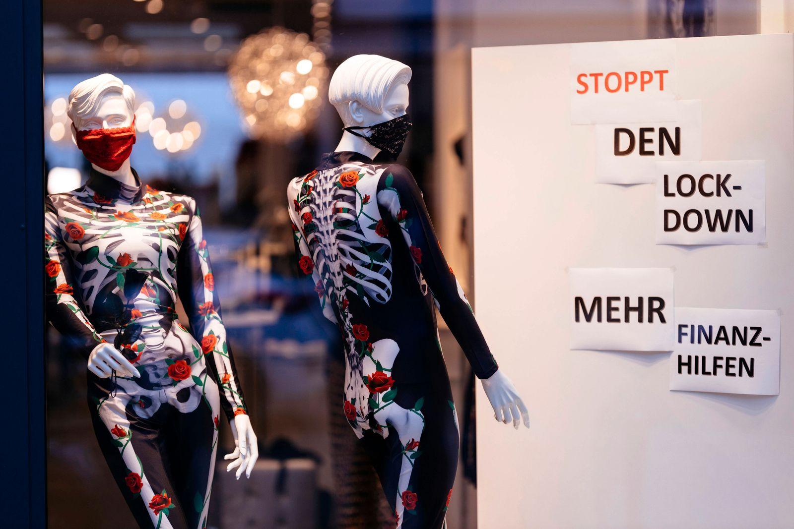 Einzelhändler auf der exklusiven Kölner Mittelstraße haben aus Protest gegen die Corona-Maßnahmen des Bundes, die sie z