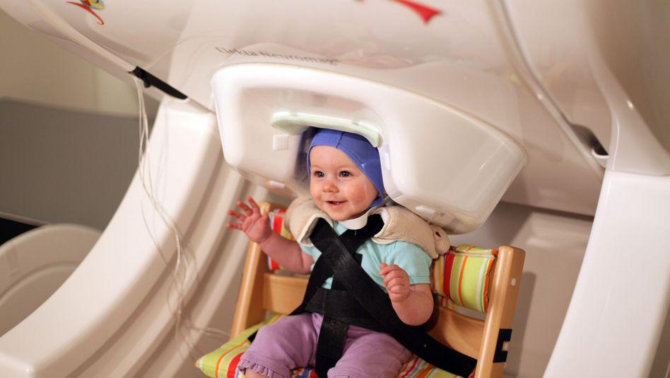 Baby beim Hirnscan: Geistige Sprechübungen vor dem ersten Wort