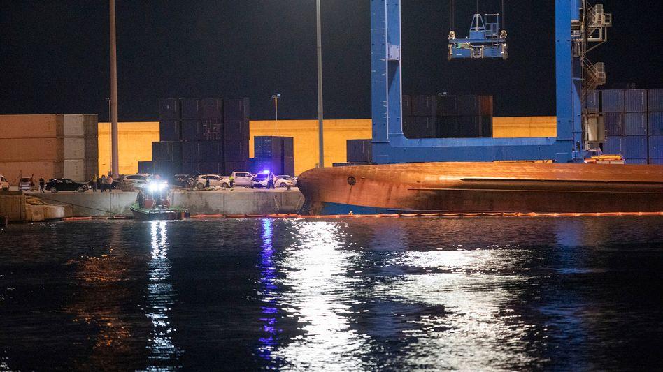 Hafen von Castellón: Feuerwehrleute und Rettungstaucher suchen nach dem Schiffsunglück nach Vermissten
