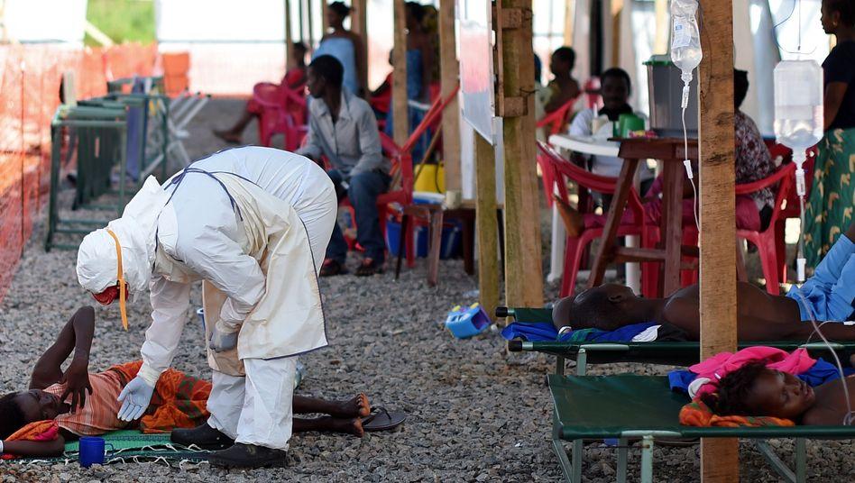Hilfe für Erkrankte: Szene in einem Ebola-Behandlungszentrum in Kenema, Sierra Leone