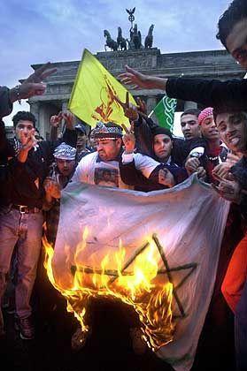 Richterlicher Segen für umstrittene Symbolik: Hisbollah-Fahne bei einer Demo in Berlin im Jahr 2000