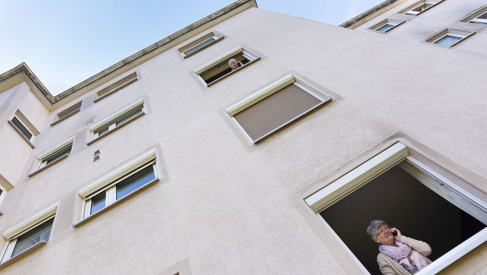 Auch unter Nachbarinnen muss in Zeiten von Corona telefonischer Kontakt reichen - so wie hier in Bremen