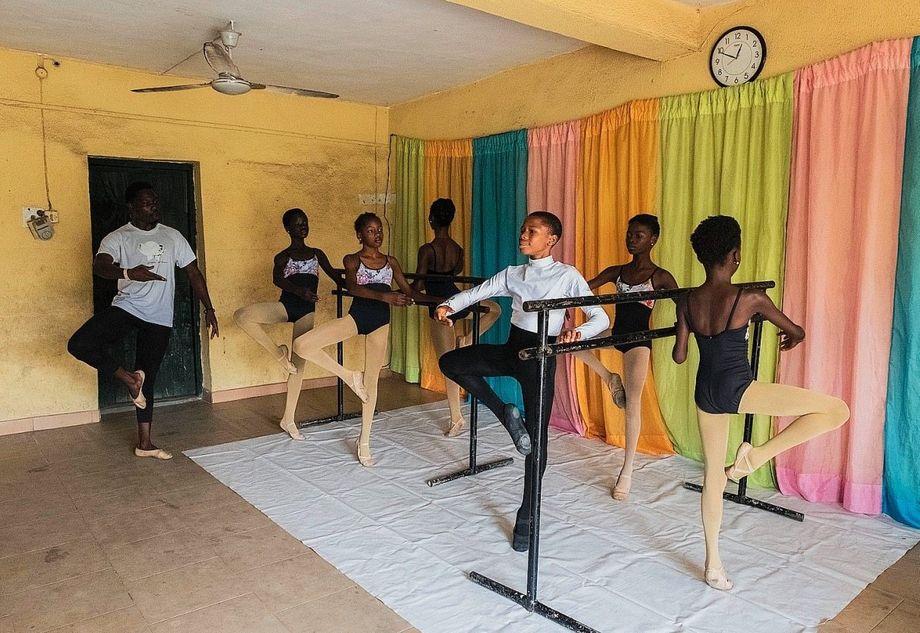 Tanzlehrer Daniel zeigt Anthony und den anderen die Position »Passé« an der Ballettstange