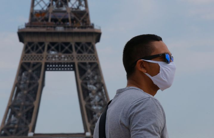 In mehr als Hundert Straßen gilt in Paris von Montag an auch im Freien eine Maskenpflicht