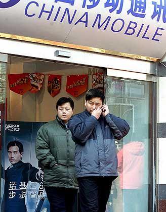 Die neue Weltmacht im Mobilfunk: Frisch rekrutierte China-Mobile-Kunden probieren ihr Spielzeug aus
