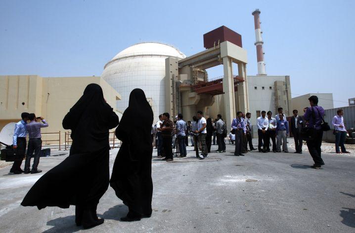 Atomkraftwerk im iranischen Buschehr: Medienvertreter besuchen das Kraftwerk, beobachtet von weiblichem Sicherheitspersonal