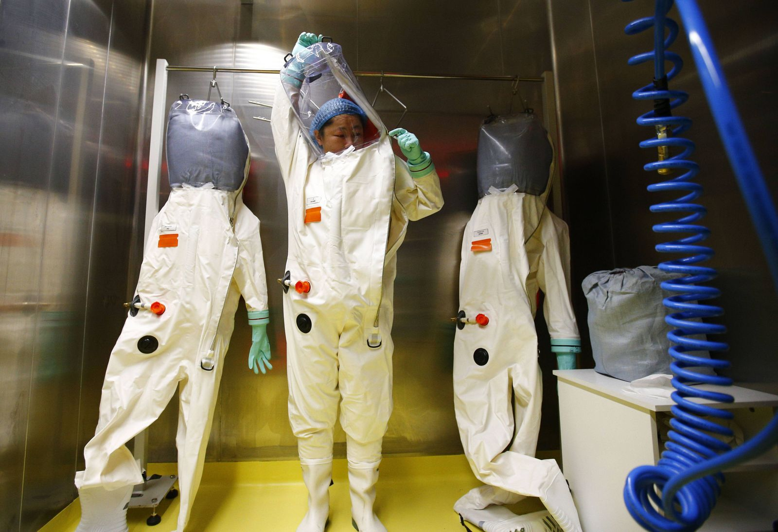 (150131) -- WUHAN, A researcher puts on a protective suit before entering the newly-completed lab in Wuhan, capital o