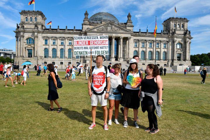 """""""Denken statt Folgen"""": Plakat bei der Demo gegen die Corona-Politik der Bundesregierung"""