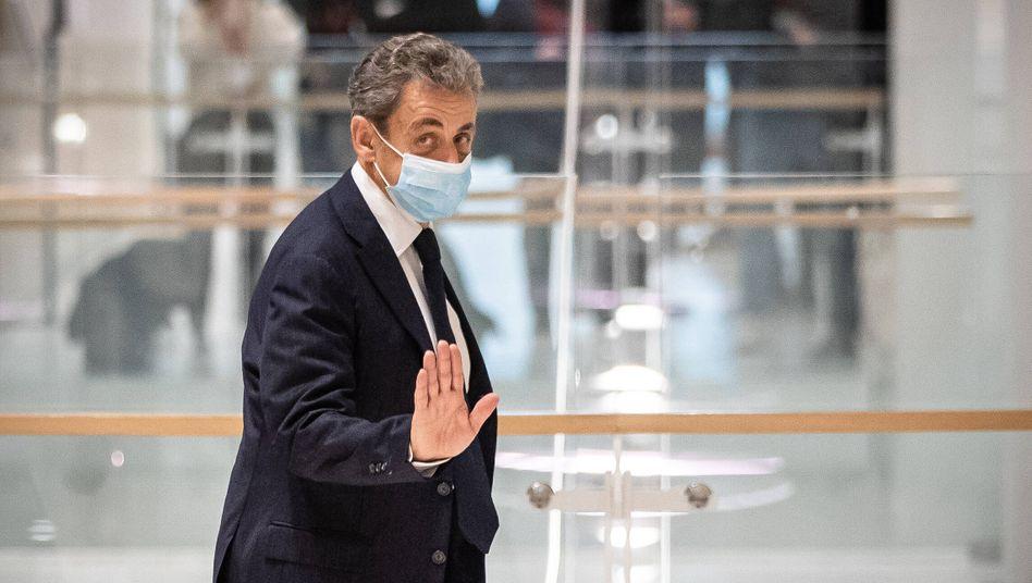 Nicolas Sarkozy auf dem Weg aus dem Gerichtsgebäude