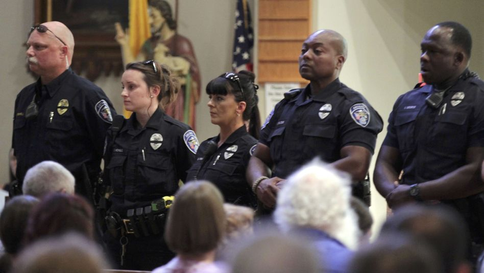 Polizistin bei Trauergottesdienst in Baton Rouge