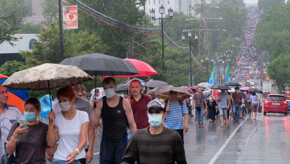 Protest bei teils strömendem Regen: Der Unmut der Demonstranten richtet sich auch gegen den Präsidenten Wladimir Putin