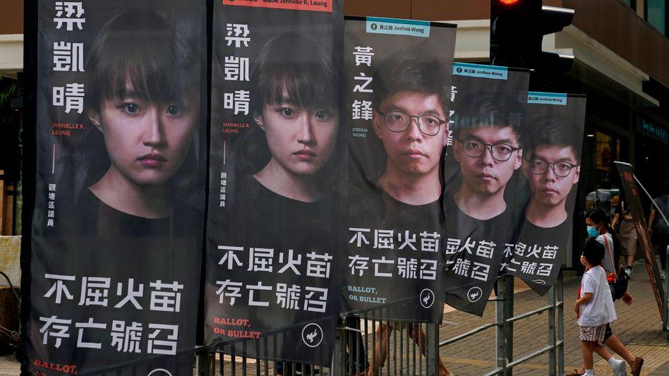 Immer mehr prodemokratische Aktivisten werden von den Hongkonger Behörden festgehalten. Joshua Wong, hier auf mehreren Bannern zu sehen, wurde bereits zu einer Haftstrafe verurteilt