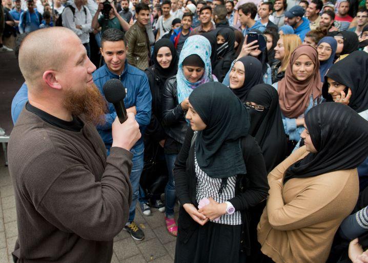 Radikaler Salafistenprediger Pierre Vogel (l.) in Offenbach mit Anhängerinnen