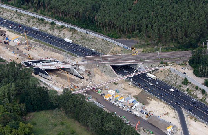 Sanierung einer Autobahnbrücke auf der A10: Mehr Geld für Infrastruktur