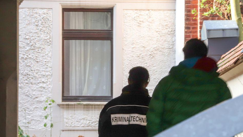 Kriminalbeamte am Tatort in Wuppertal