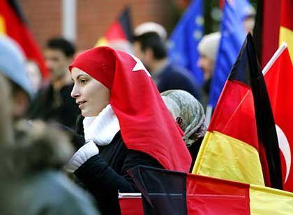 """Demonstrantin: """"Auf keinen Fall duldet der Islam Terror"""""""