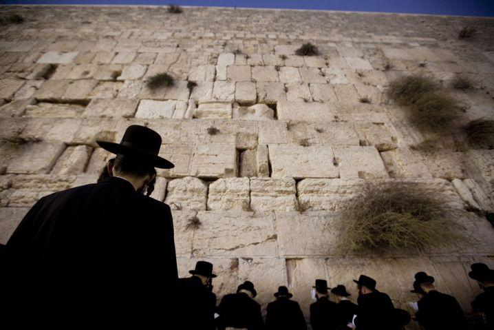 Frage : Warum wurde die Berliner Mauer gebaut? Antwort : Weil die im Osten so traurig waren, also haben sie eine Klagemauer errichtet.