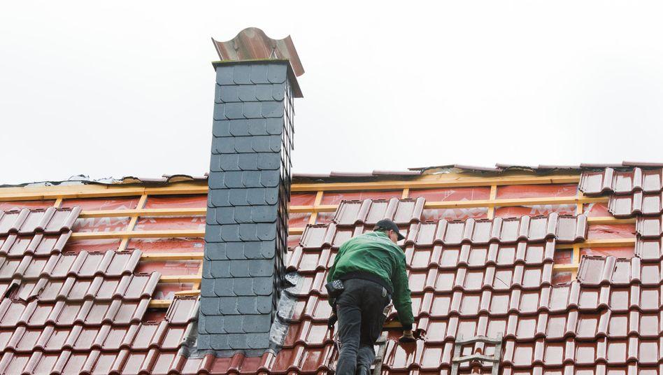 Dachdecker bei der Arbeit (Symbolbild)