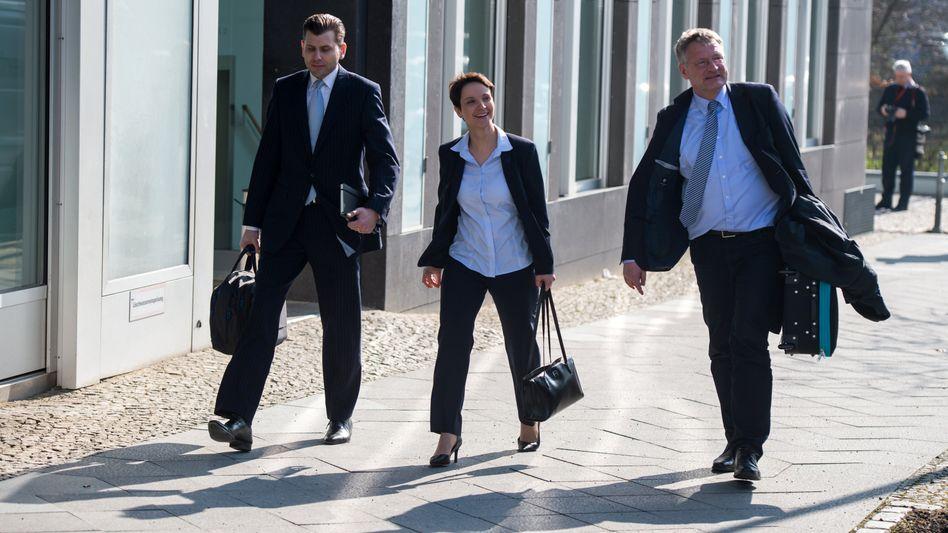 Die AfD-Bundesvorsitzenden Frauke Petry und Jörg Meuthen (r.) mit Parteipressesprecher Christian Lüth (l.) Mitte März in Berlin