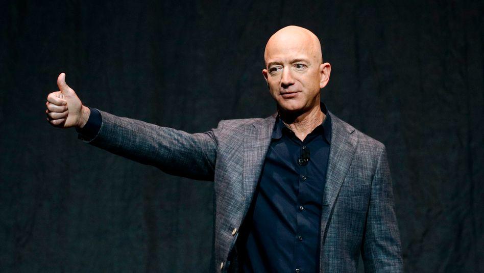"""Bürofan: Amazon-Gründer und Corona-Gewinner Jeff Bezos in einer Glaskuppel der """"Amazon Spheres"""" im Zentrum von Seattle"""