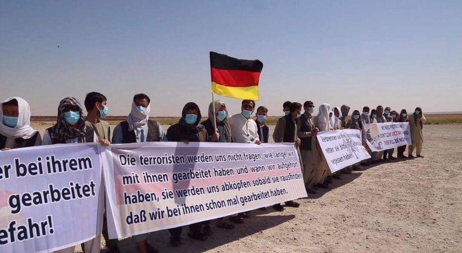 Ehemalige Helfer der Bundeswehr demonstrieren Ende Mai vor dem deutschen Camp in Masar-i-Scharif