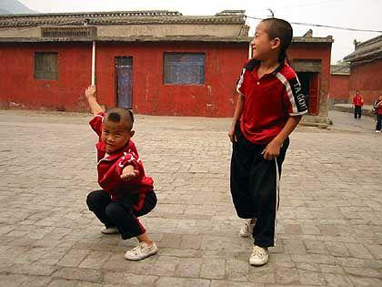 Kids auf dem Schulhof: Kämpfen für Gerechtigkeit