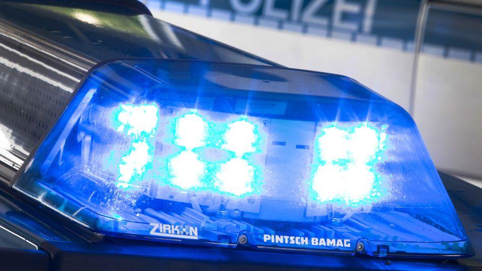 Blaulicht leuchtet auf dem Dach eines Polizeiwagens (Archivbild)