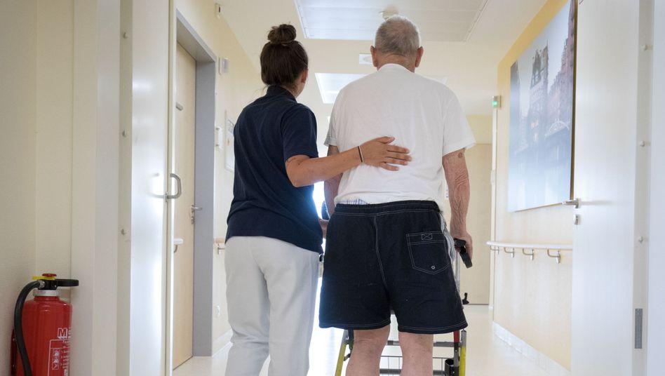 Krankenschwester mit Patient (Symbolbild): Neben Homeoffice und Homeschooling auch noch Home-Riot?