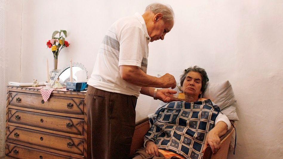 Alzheimer-Patientin aus Lissabon mit ihrem Ehemann (Archivbild): Bis 2050 drohen damit mehr als 115 Millionen Demenzkranke weltweit