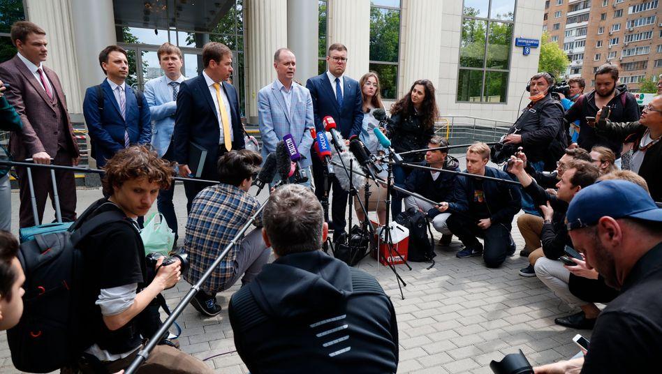 Nawalnys Anwalt Iwan Pawlow im Gespräch mit Journalisten