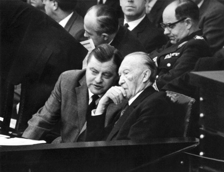 Minister Strauß, Kanzler Adenauer während der SPIEGEL-Debatte im Bundestag