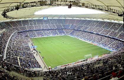 AOL Arena (Hamburg, 55.000 Plätze, 1999 eröffnet) Geschichte: Monat auf Monat spielten die HSV-Kicker auf einer Baustelle. Quälend langsam vollzog sich der Umbau des alten Volksparkstadions zur heutigen AOL Arena. Ihr bisheriges Highlight erlebte die Sportstätte in noch nicht ganz fertigem Zustand an einem lauen Septemberabend des Jahres 2000. Der Hamburger SV lag in der Champions League gegen Juventus Turin mit 1:3 zurück, ehe der große Sturmlauf begann - der HSV führte plötzlich mit 4:3. Leider erzielte Filippo Inzaghi zwei Minuten vor dem Ende noch den Ausgleich. Heute gilt beim früheren Europapokalsieger: Der Star ist das Stadion Bildmotiv: Der ganze Stolz des Hamburger SV - neben den Titeln der Vergangenheit Offizielle Homepage: AOL Arena in Hamburg