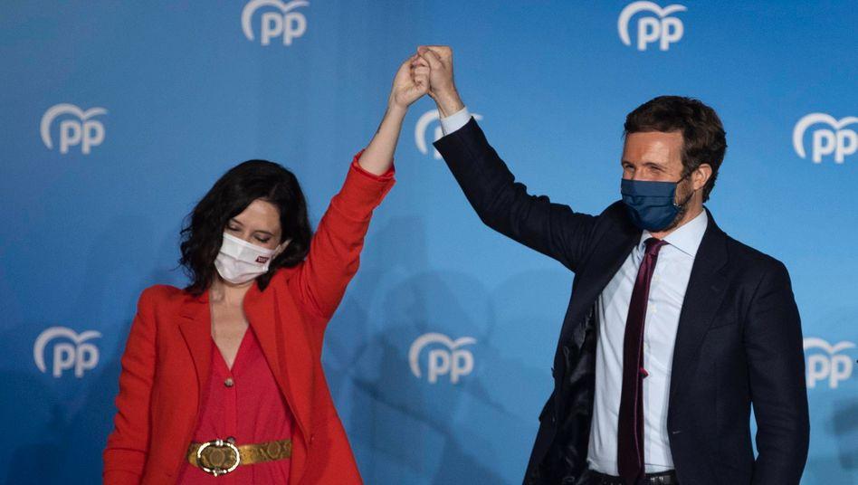 Wahlsiegerin Isabel Díaz Ayuso, Parteichef Pablo Casado am Dienstagabend in Madrid