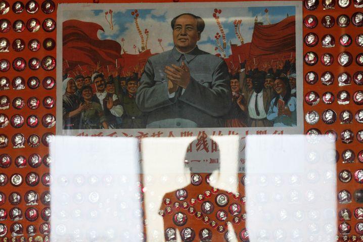 Besucherin des Mao-Plaketten-Museums in Weihai