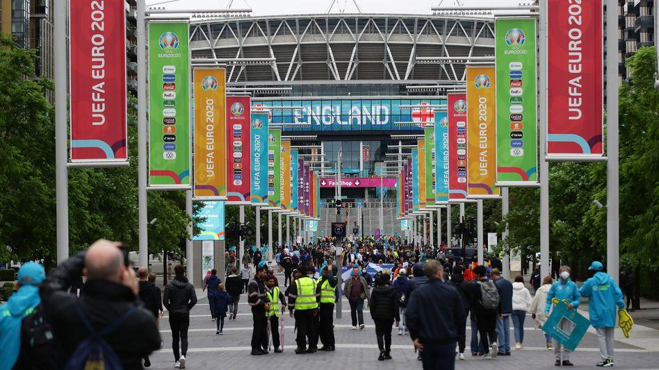 Zuschauer vor dem Wembley-Stadion in London (am 18. Juni): Dort treffen am Dienstagabend Deutschland und England aufeinander