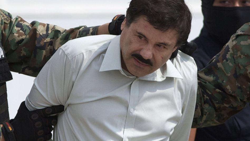 """Der mexikanische Drogenboss Joaquín """"El Chapo"""" Guzmán wird nach seiner Gefangennahme zu einem Hubschrauber geführt"""