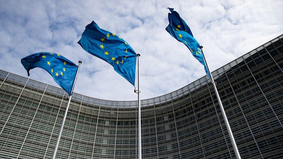 Europaflaggen vor dem Berlaymont-Gebäude, dem Sitz der Europäischen Kommission