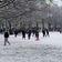 Menschenmenge in England liefert sich Schneeballschlacht