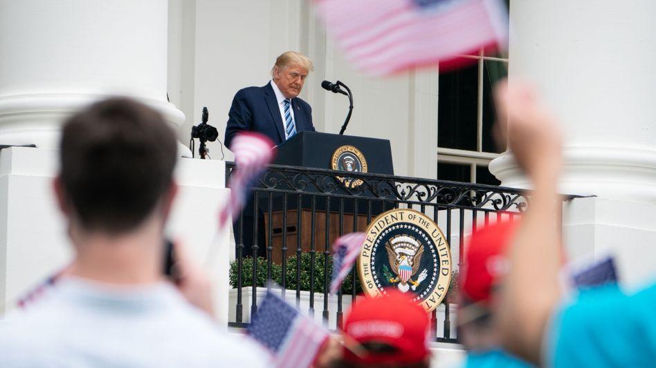 """Donald Trump auf dem Balkon vor dem Weißen Haus: """"Es wird verschwinden, es verschwindet"""""""
