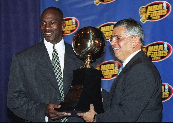 """Stern überreicht Jordan 1996 die MVP-Trophäe - der """"wertvollste Spieler"""" der NBA war Jordan auch im wörtlichen Sinne"""