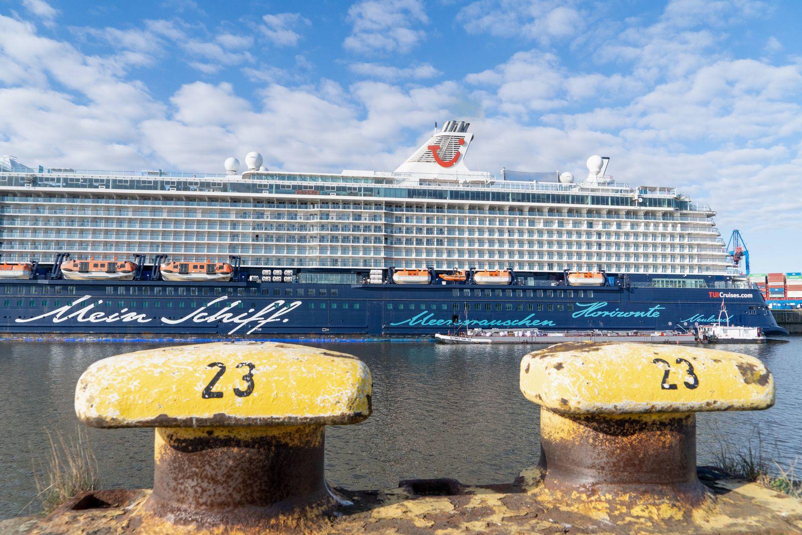 Kreuzfahrtschiff MeinSchiff3 der Reederei TUI Cruises im Hamburger Hafen Fährterminal Steinwerder während des Corona-Lo