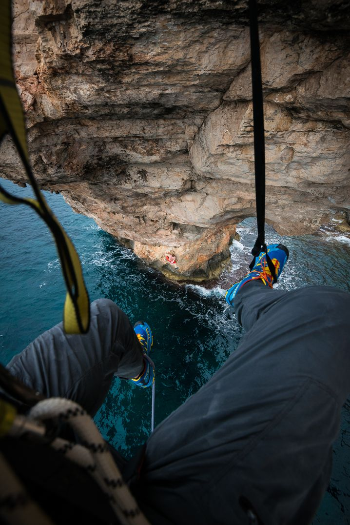 Fotograf Jan Vincent Kleine in Shooting-Position am Felsentor auf Mallorca
