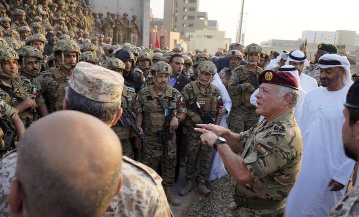Jordaniens König Abdullah II. (Mitte) bei einer gemeinsamen Truppenübung mit dem Emirat Abu Dhabi