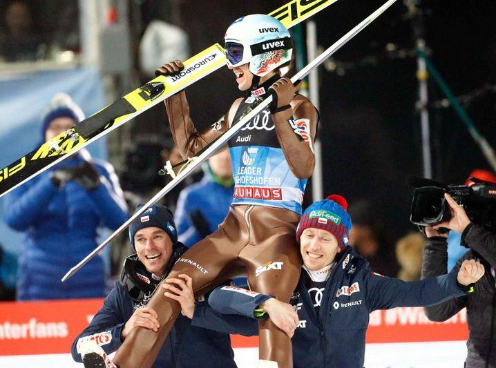 Kamil Stoch wird von Teamkollegen gefeiert