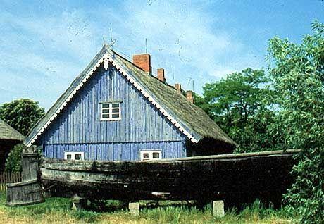 """Nida (Nidden): Ethnografisches Museum. Haus ist in """"Kurisch Blau"""" gestrichen."""