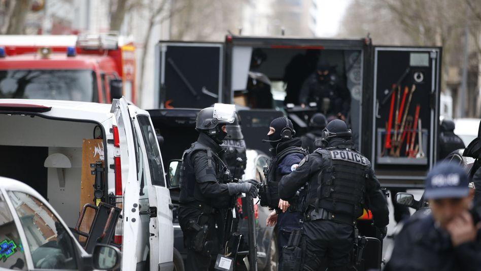 Spezialeinheit der Polizei am Tatort in Paris: Beamtin erliegt Verletzungen