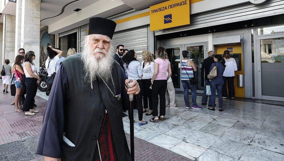 Kunden vor einer Filiale der Piraeus Bank am 29. Juni: »Die Solvenz ist unverändert zweifelhaft«