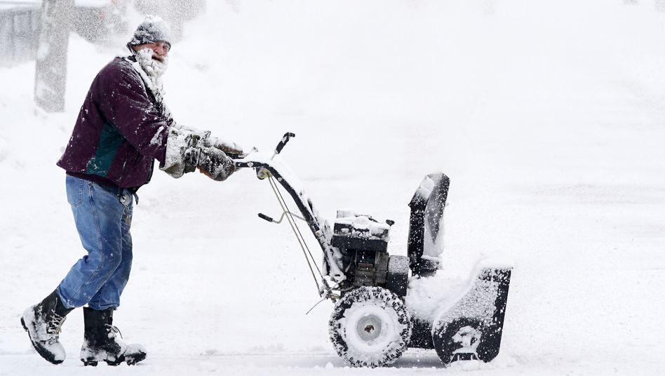 Mann mit Schneefräse in Minneapolis, USA, 4. Februar 2021