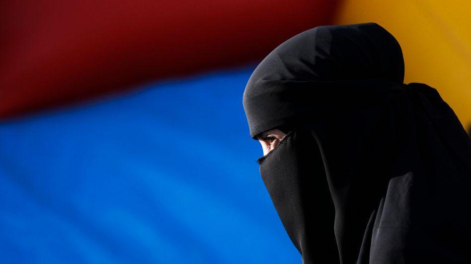 Verschleierte Frau: Amnesty empfiehlt, dass Frauen tragen dürfen, was sie wollen