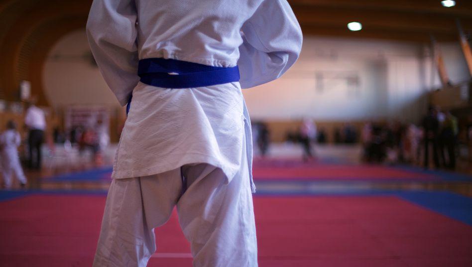 Nach verlorenen Kämpfen wurden die Judoka von Martin K. geschlagen